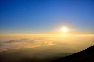 富士山8合目より朝日と朝焼けの雲海の写真素材 [FYI02097608]