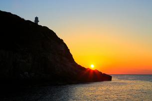 足摺岬灯台と日の出に海の写真素材 [FYI02097623]