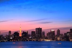 都心のビル群と東京タワーライトアップに夕焼けの写真素材 [FYI02097631]