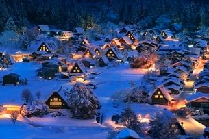 城山展望台より望む雪の白川郷夜景の写真素材 [FYI02097653]