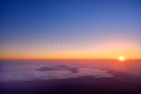 富士山8合目より朝日と朝焼けの雲海の写真素材 [FYI02097690]