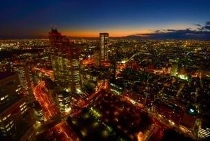 東京都庁展望室より新宿パークタワーと東京の街並み夜景の写真素材 [FYI02097694]