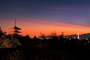 八坂の塔と京都市街夜景の写真素材 [FYI02097732]