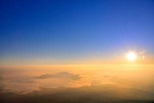 富士山8合目より朝日と朝焼けの雲海の写真素材 [FYI02097789]