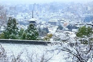 雪化粧する八坂の塔と京都市街の写真素材 [FYI02097862]