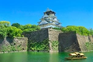 新緑の大阪城内濠を巡る御座船と天守閣の写真素材 [FYI02097864]