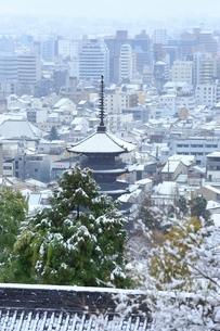 雪化粧する八坂の塔と京都市街の写真素材 [FYI02097869]