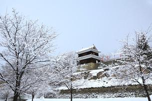 上田城西櫓の雪景色の写真素材 [FYI02097870]