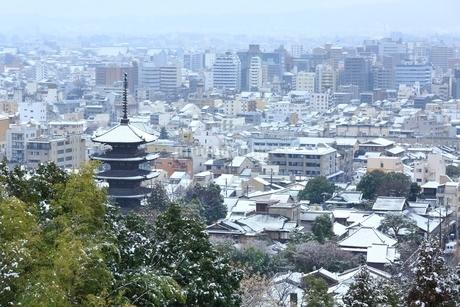 雪化粧する八坂の塔と京都市街の写真素材 [FYI02097881]