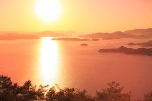 筆影山より望む朝焼けの因島大橋と瀬戸内海に朝日の写真素材 [FYI02097908]