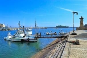 鞆公園 鞆の浦の常夜燈と鞆港に漁船の写真素材 [FYI02097912]