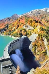 紅葉の黒部ダムと放水に立山の写真素材 [FYI02097985]