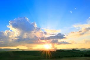 入道雲と夕日に光芒の写真素材 [FYI02098002]