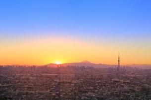 スカイツリーと都心のビル群に富士山と夕焼けの写真素材 [FYI02098006]