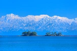 富山湾に浮かぶ虻ヶ島と立山連峰の写真素材 [FYI02098028]