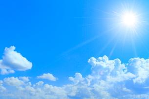 入道雲と太陽に光芒の写真素材 [FYI02098297]