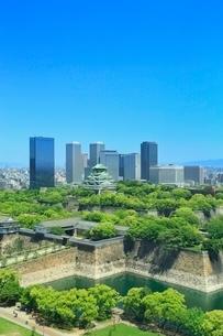 新緑の大阪城と大阪ビジネスパークのビル群の写真素材 [FYI02098345]