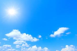雲と太陽に光芒の写真素材 [FYI02098373]