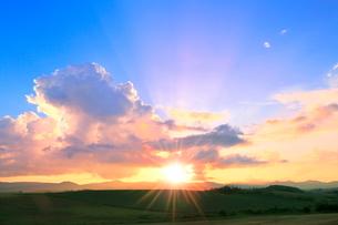 入道雲と夕日に光芒の写真素材 [FYI02098438]