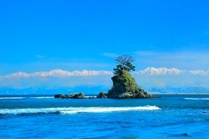 雨晴海岸より望む女岩と立山連峰に富山湾の写真素材 [FYI02098442]