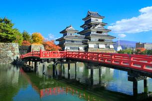 紅葉の松本城天守閣と内堀に狸橋の写真素材 [FYI02098459]