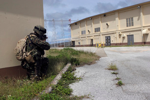 A Marine posts security as a team of Marines prepare to enteの写真素材 [FYI02098708]