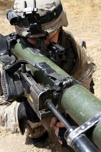 An assaultman handles the Shoulder-Launched Multi-Purpose Asの写真素材 [FYI02098744]