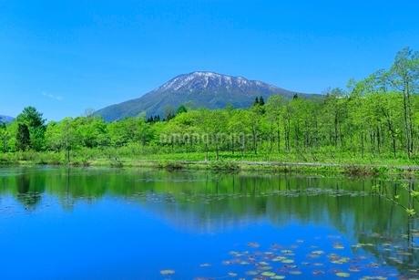 いもり池と黒姫山の写真素材 [FYI02098763]