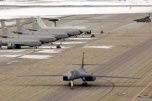 A B-1B Lancer arrives at Eielson Air Force Base.の写真素材 [FYI02098781]