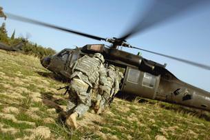 U.S. Army Soldiers prepare to board a UH-60 Black Hawk helicの写真素材 [FYI02098782]