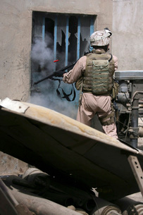 A military policeman uses a breaching round to open a lock.の写真素材 [FYI02098808]