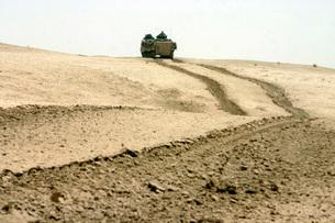 An amphibious assault vehicle rolls through a desert field.の写真素材 [FYI02098840]