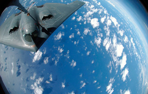 A KC-135 Stratotanker refuels a B-2 Spirit over the Pacificの写真素材 [FYI02098874]