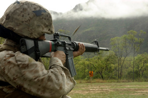 A Marine conducts drills with an M16-A2 service rifle.の写真素材 [FYI02098911]