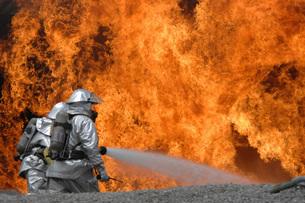 Firemen neutralize a fire.の写真素材 [FYI02099044]