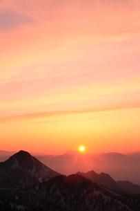 横手山より望む夕日の写真素材 [FYI02099070]