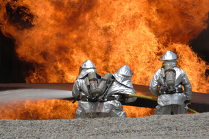 Firemen neutralize a fireの写真素材 [FYI02099071]