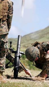 The direct-lay method of firing mortars.の写真素材 [FYI02099078]