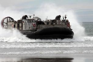 U.S. Navy Landing Craft Air Cushion makes a beach landing.の写真素材 [FYI02099174]
