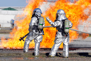 Firefighters battle a simulated fire.の写真素材 [FYI02099262]