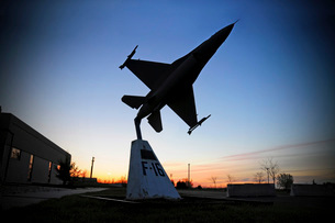 A scale model of an F-16 C Fighting Falcon.の写真素材 [FYI02099264]