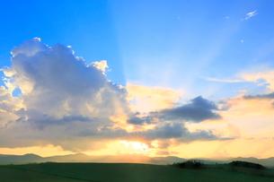入道雲と光芒の夕焼けの写真素材 [FYI02099311]