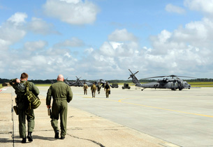 Aircrews prepare to depart to provide search and rescue suppの写真素材 [FYI02099333]