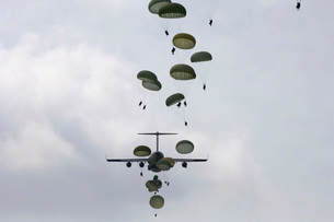 Army Soldiers jump out of a C-17 Globemaster III.の写真素材 [FYI02099446]