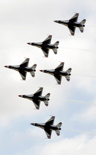 The Thunderbirds form a 6-ship Delta formation.の写真素材 [FYI02099450]