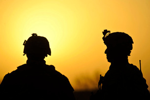 U.S. Army soldiers silhouetted against the morning sun in Afの写真素材 [FYI02099452]