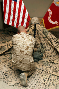 A marine kneels before the rifle, boots and identification tの写真素材 [FYI02099463]