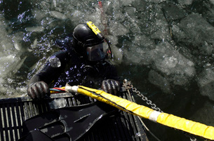 U.S. Navy Diver gets ready to start his dive off the back ofの写真素材 [FYI02099465]