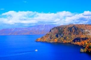 十和田湖の紅葉と遊覧船の写真素材 [FYI02099534]