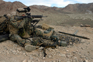 A Marine rifleman provides security for machine gunners atopの写真素材 [FYI02099539]